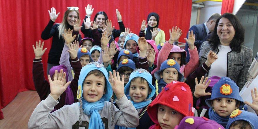 İlkokul öğrencilerine şapka hediye ettiler