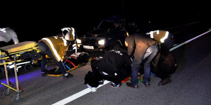 Otomobil yolda yürüyen 2 kişiye çarptı