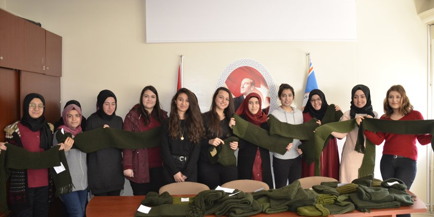 Lise öğrencilerinden Mehmetçik'e atkı ve bere