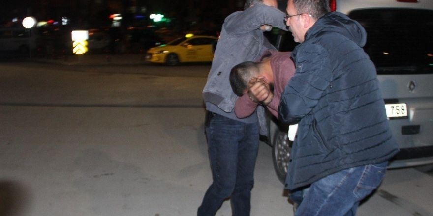 Hırsızlık şüphelisini önce dövdüler, sonra polise teslim ettiler