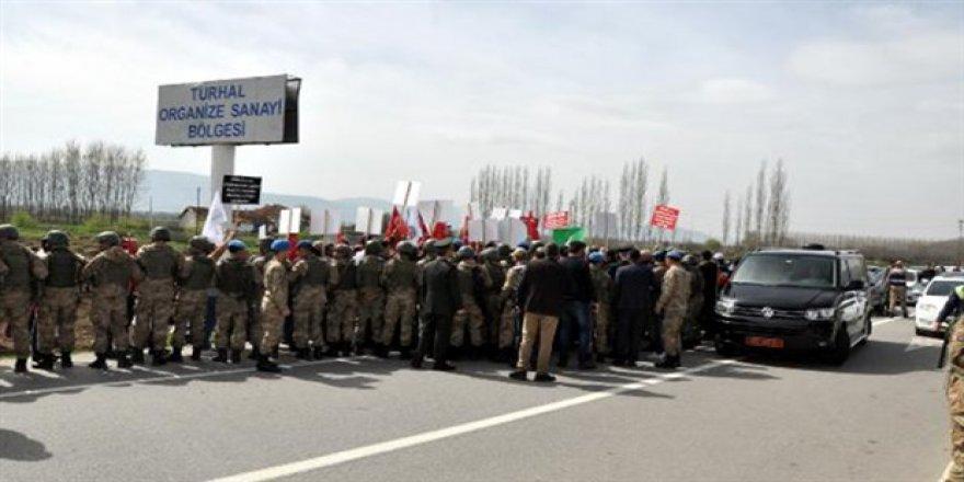 Şeker işçileri Bakan Fakıbaba'nın yolunu kesti
