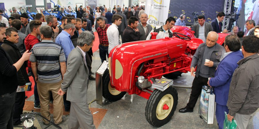 56 yaşındaki traktör dikkat çekiyor
