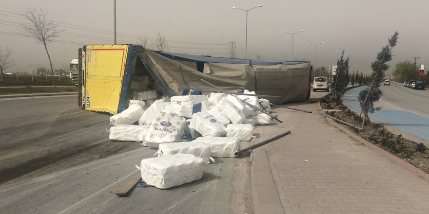 Konya'da tır devrildi: 2 yaralı