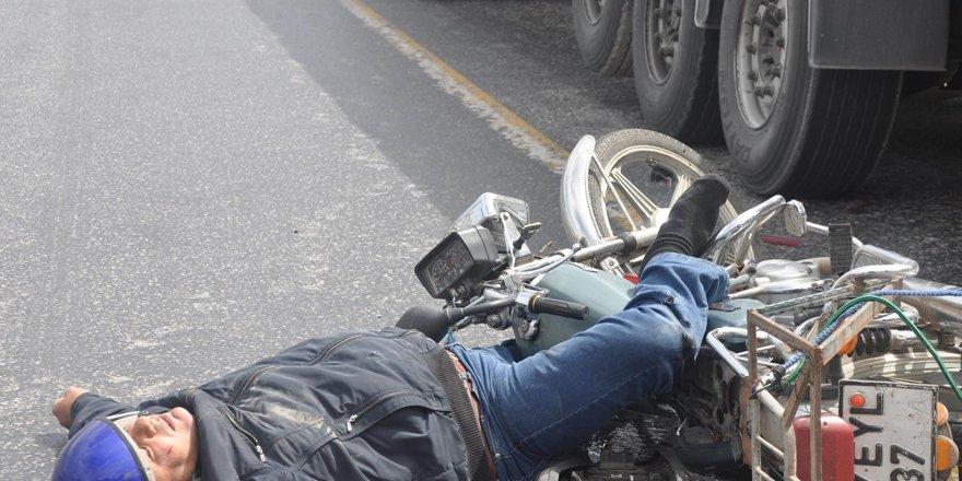 Tıra arkadan çarpan motosiklet sürücüsünü kaskı kurtardı