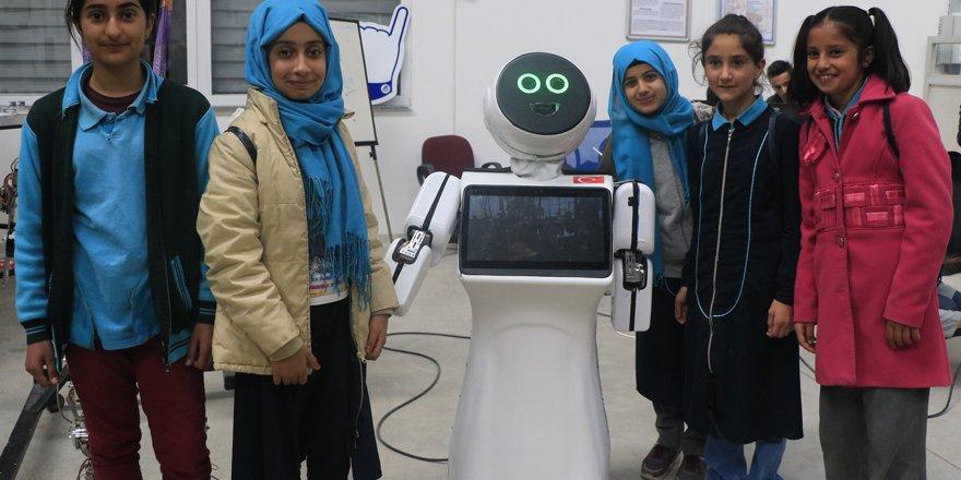 """""""Mini Robot Ada"""" Üçüncü Havalimanı'nda göreve talip"""