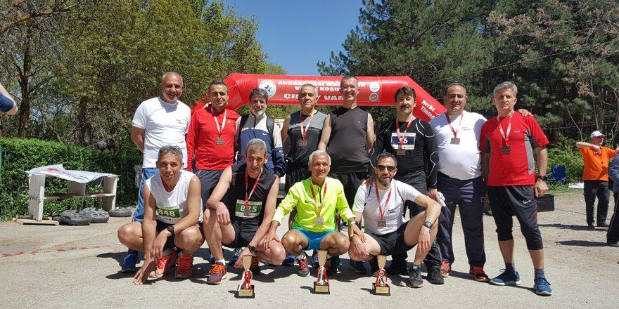 Konyalı maratoncular kupayla döndü