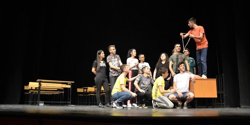 Tiyatro Festivali'nde Kosova rüzgarı esti
