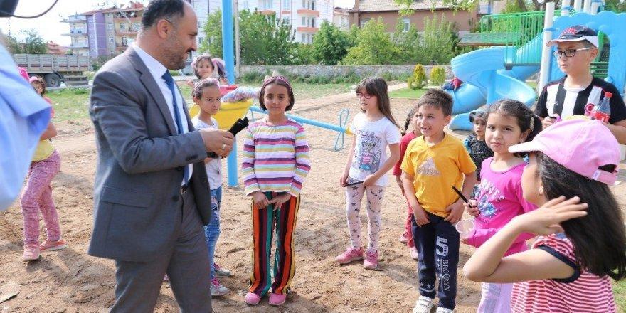 Başkan Özaltun, parklarda oynayan çocuklarla buluştu