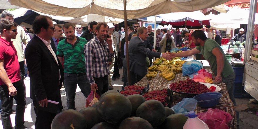 CHP'li milletvekil adayı Şener, polis eşliğinde esnaf ziyareti gerçekleştirdi