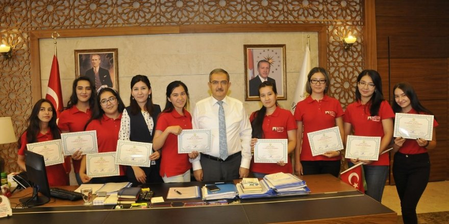 SÜ'de Özbek öğrencilere sertifikaları verildi