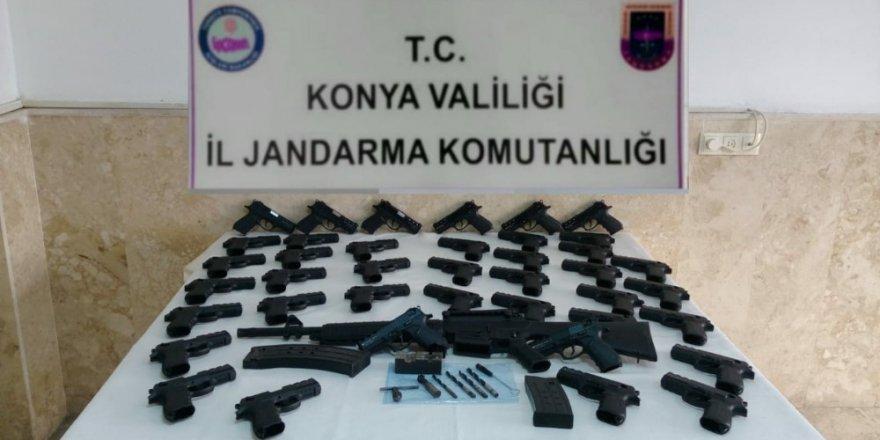 Silah ürettiği evinde 40 tabanca ve bir tüfekle yakalandı