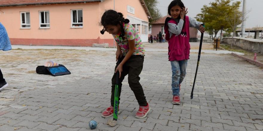 Köy okulundaki öğrencilerin hokey merakı