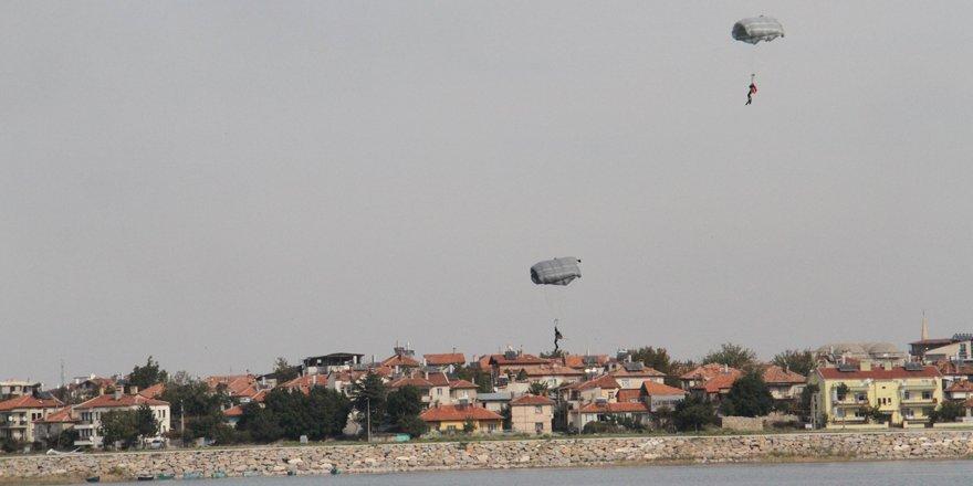 Beyşehir Gölü'nde paraşütle nefes kesen eğitim tatbikatı