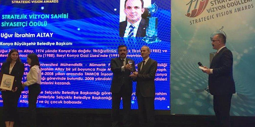 """Başkan Altay'a """"Stratejik Vizyon Sahibi Siyasetçi"""" ödülü"""