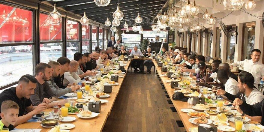Konyaspor yönetimi ve oyuncular kahvaltıda bir araya geldi