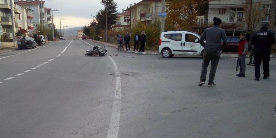 Motosikletle hafif ticari araç çarpıştı: 2 yaralı