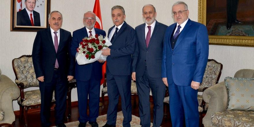Mütfü Poçanoğlu Vali Toprak'a gül verdi