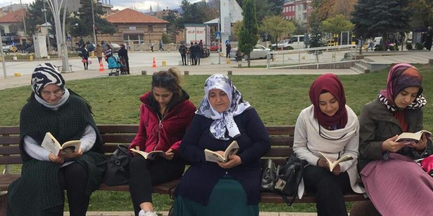 Gençler Hükümet Konağı  önünde kitap okudu
