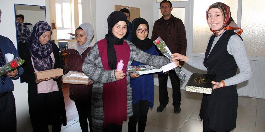 Öğrenciler Mevlit Kandili'nde karanfil dağıttı