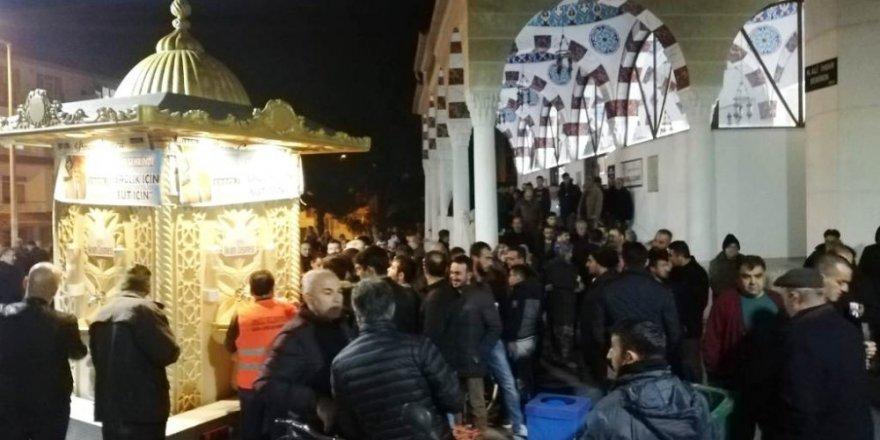 Ereğli Belediyesi Mevlit Kandilinde vatandaşlara süt ikram etti