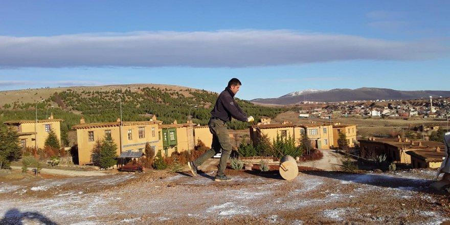 Sanatçıların köyünde toprak dam yuvaklama mesaisi