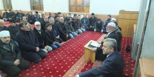 Kur'an-ı Kerim öğrenmek için  akşam kursunda buluşuyorlar