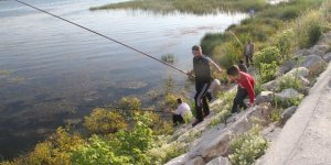 Beyşehir Gölü kıyılarında olta avcılarının meskeni oldu