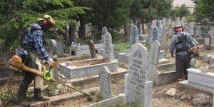 Seydişehir Belediyesi ekiplerinden mezarlıklarda temizlik