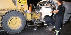 Minibüs greydere çarptı: 3'ü çocuk 7 yaralı