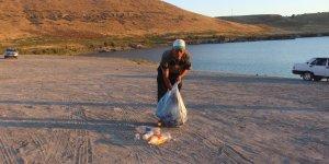 Acıgölde gönüllü çevre temiziliği yapıyor
