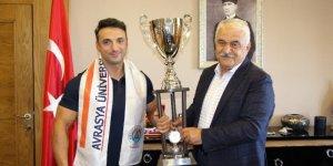 Avrasya Üniversitesi'nin spor hocası vücut geliştirmede dünya şampiyonu oldu