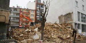Karaman'da belediye metruh binaları yıkıyor