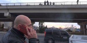 Bıçakla köprüye çıkan genci polis, telefon görüşmesiyle ikna etti