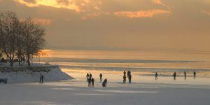Buz tutan Beyşehir Gölü'nde tehlikeli yürüyüş
