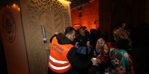 Cami çıkışında vatandaşlara sıcak süt ikram edildi