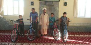Namaza devam eden çocuklara bisiklet ödülü