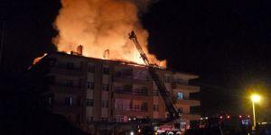 Apartmanın çatı katında çıkan yangın paniğe neden oldu