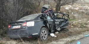 Karapınarda otomobil ağaca çarptı: 3 yaralı