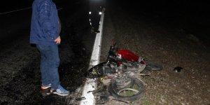 Devrilerek sürüklenen motosikletteki 2 kişi yaralandı