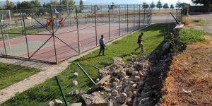 Okul bahçesinin istinat duvarı yıkıldı