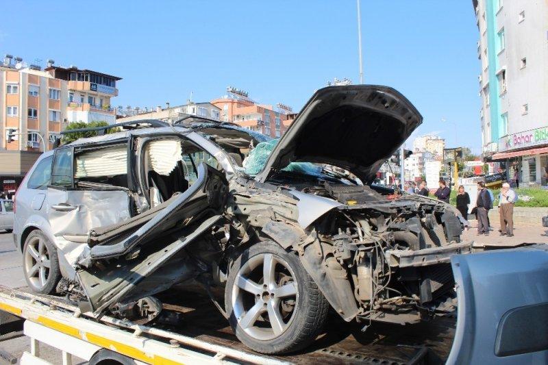 Antalya'da trafik kazası: 1 ölü,3 yaralı