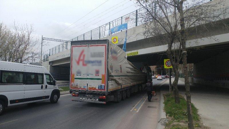 Bakırköy'de önce tır, ardından tur otobüsü alt geçide sıkıştı