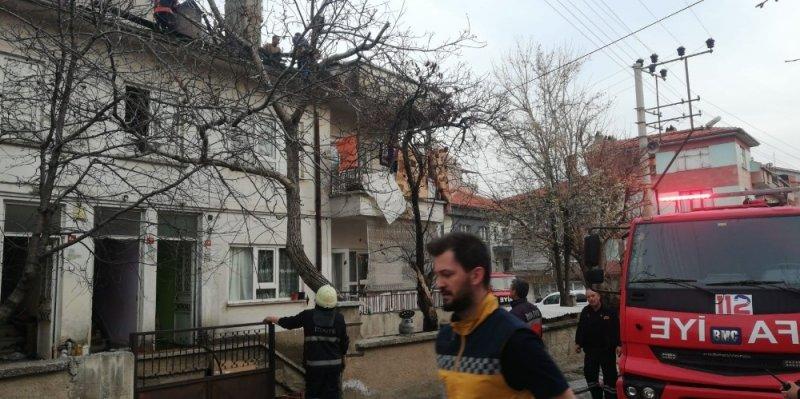 Gözleme yaparken çatı katı yandı