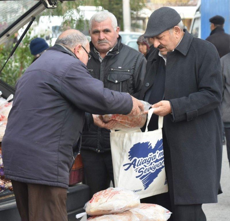 Aliağa'da 50 bin adet çevre dostu bez çanta dağıtıldı