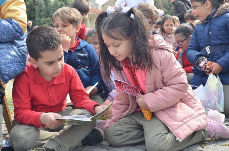Meydanda kitap okudular