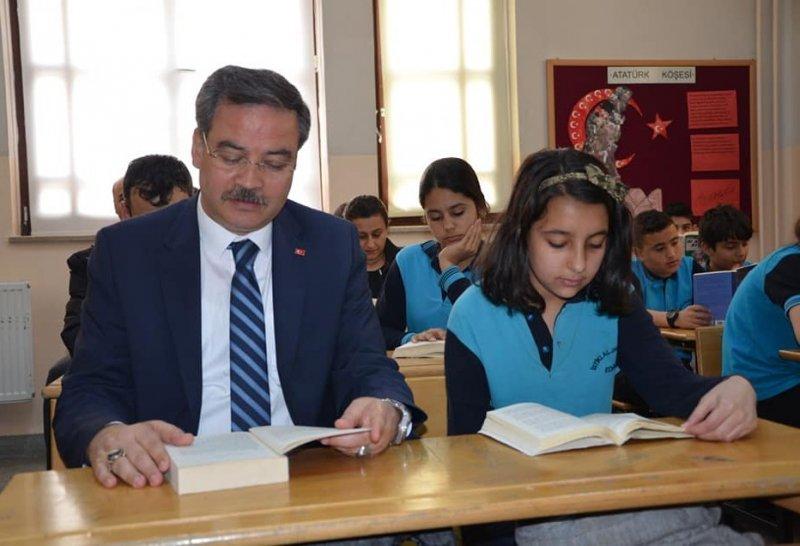 Öğrenciler ve veliler birlikte kitap okudu