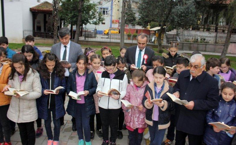 """Bafra'da """"100. Yıl Anısına 100 noktada 100'er öğrenci ile Kitap Okuyoruz"""" etkinliği"""