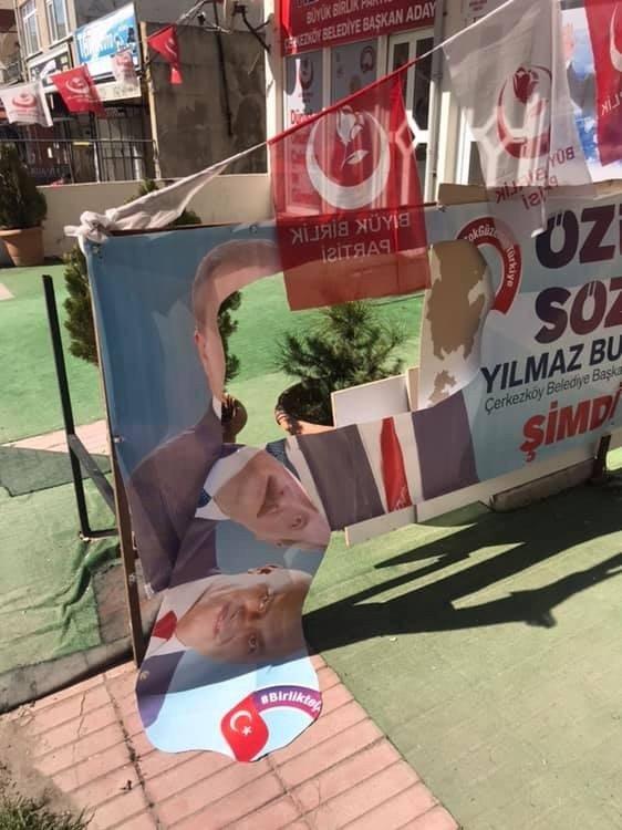 Partilerin afişlerini yırtan şahıs suç aletiyle yakalandı