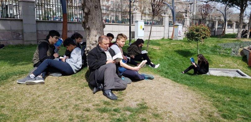 Polatlı'da öğrencilerden parkta kitap okuma etkinliği