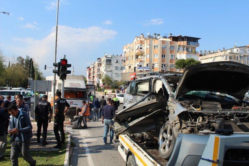 Antalya'da 2 kişinin öldüğü kaza kamerada
